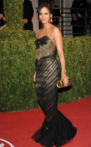 Halle Berry arrives at the 2009 Vanity Fair Oscar Party hosted by Graydon Carter at the Sunset Tower Hotel on February 22nd 2009 4