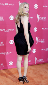 LeAnn Rimes arrives at the 44th annual country music awards on April 5th 2009