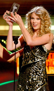 Taylor Swift gets her award at the the 44th annual country music awards on April 5th 2009