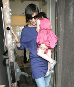 Katie Holmes and baby Suri Cruise spotted at restaurant Le Pain Quotidien on march 29th 2009 1