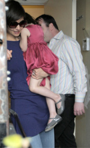 Katie Holmes and baby Suri Cruise spotted at restaurant Le Pain Quotidien on march 29th 2009 3