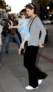 Katie Holmes and baby Suri Cruise apotted at Bread Crumbs in Beverly Hills on March 22nd 2009 3
