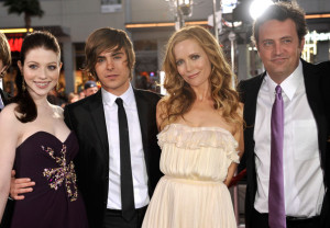 Leslie Mann, Michelle Trachtenberg, Zac Efron, and Matthew Perry arrive at the movie premiere of 17 Again on April 14, 2009