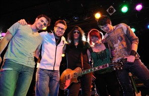 Photo shoots of SLASH with the four contestants of American Idol season8, Adam Lambert, Danny Gokey, Allison Iraheta, and Kris Allen