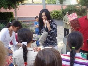 Mirhan Hussein photos with her fans 5