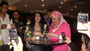 Mirhan Hussein photos with her fans 8