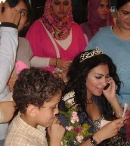 Mirhan Hussein photos with her fans 7