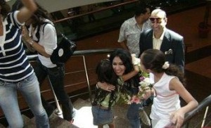 Mirhan Hussein photos with her fans 13
