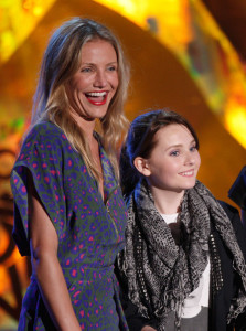 Cameron Diaz with Abigail Breslin on stage during the 18th Annual MTV Movie Awards on May 31st 2009 1
