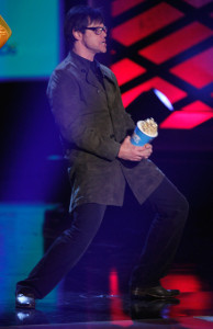 Jim Carrey accepts the Best Comedic Performance award onstage during at the 18th Annual MTV Movie Awards on May 31st 2009 in California 6