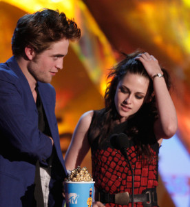 Robert Pattinson and Kristen Stewart accept the Best Kiss award onstage during the 18th Annual MTV Movie Awards on May 31st 2009 in California 1