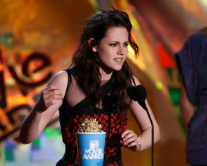 Kristen Stewart accepts the Best Female Performance award onstage during the 18th Annual MTV Movie Awards on May 31st 2009 in California 2