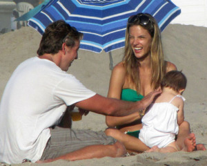 Alessandra Ambrosio picture with her daughter Anja heading to the beach in Malibu on July 19th 2009 2