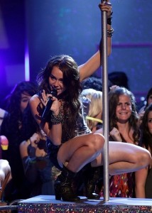 Miley Cyrus picture during her performance on stage inside The 2009 Teen Choice Awards 4