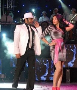 Picture of Mirhan Hussein from Egypt on stage singing with Tamer Husni 8