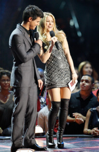 Shakira and Taylor Lautner present the Best Female Video Award at the 2009 MTV Video Music Awards at Radio City Music Hall on September 13, 2009 in New York City