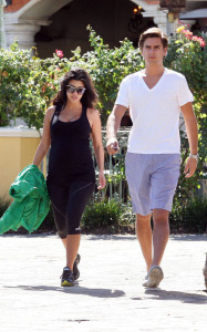 Kourtney Kardashian spotted walking with her boyfriend Scott Discick after having breakfast at Marmalade Cafe in Calabasas Los Angeles on September 24th 2009 1