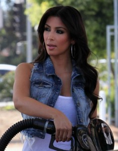 Kim Kardashian spotted at a petrol station on October 10th 2009 2