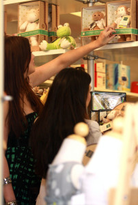 Khloe Kardashian spotted shopping on Robertson Blvd in Beverly Hills on October 16th 2009 with her sister Kourtney 2