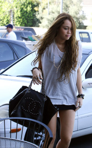 Miley Cyrus spotted leaving City Wok Chinese restaurant in Studio City on October 22nd 2009 4