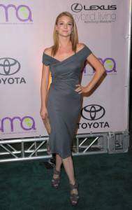 Emily VanCamp arrives to the 20th Anniversary Environmental Media Awards held on the backlot at Paramount Studios on October 25th 2009 in Los Angeles 2