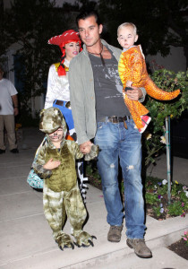 Gwen Stefani spotted with her Husband Gavin Rossdale and their sons Kingston James and Zuma out trick or treating in Beverly Hills on October 31st 2009 2