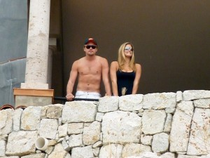 Leonardo DiCaprio and Bar Refaeli spotted together standing at a se view balcony in Cabo San Lucas Mexico on January 1st 2010 4