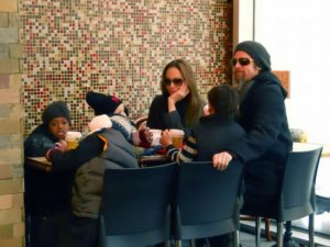 Angelina Jolie with Brad Pitt and their kids having lunch together in New York City on december 20th 2009 2