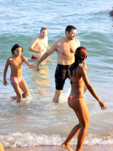 Hugh Jackman spotted with his family and wife at the Grumari beach in Rio de Janeiro on January 13th 2010 1