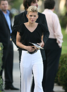 Annalynne McCord attends the Artists for Peace and Justice Haiti relief brunch on January 24th 2010 wearing white pants 5