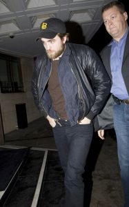 Robert Pattinson spotted growing a beard on January 22nd 2010 while arriving at his hotel in London 4