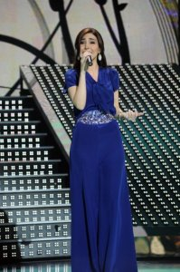 LBC Star Acdemy seven photo of the second prime on February 26th 2010 while Lebanese Singer Yara on stage wearing a blue stylish dress