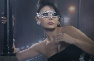 Haifa Wehbe picture in February 2010 for the Enta Tani video clip in a black dress and silver eye mask