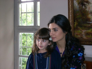 turkish model and actress Tuba Buyukustun picture from the turkish tv series asi with her little daughter 3