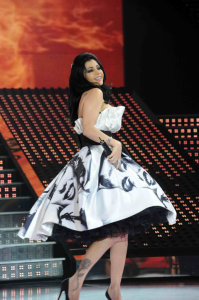 picture on April 9th 2010 from the 8th prime of Star Academy seven of Haifa Wehbe singing on stage wearing a white and black stylish dress