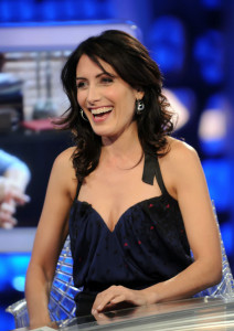 Lisa Edelstein picture as she appears on Spanish TV show El Hormiguero on april 16th 2010 wearing a casual blue denim pants 3