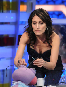 Lisa Edelstein picture as she appears on Spanish TV show El Hormiguero on april 16th 2010 wearing a casual blue denim pants 1