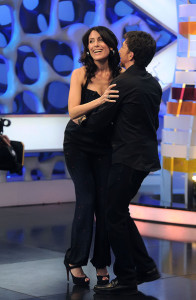Lisa Edelstein picture as she appears on Spanish TV show El Hormiguero on april 16th 2010 wearing a casual blue denim pants 4