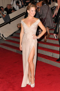 Kate Hudson attends the Costume Institute Gala of the American Woman Fashioning a National Identity exhibition on May 3rd 2010 at The Metropolitan Museum of Art 2