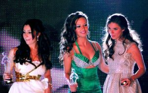 picture of Lara Scandar at the 2010 Mema Awards with her award