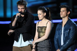 Taylor Lautner speak on stage along with Robert Pattinson and Kristen Stewart during the 2010 MTV Movie Awards held at the Gibson Amphitheatre on June 6th 2010 at Universal Studios in California 2
