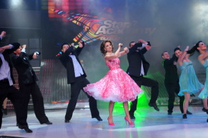 pictrure of the Star Academy 7 prime 16th finale while Hilda Khalife the show presenter on stage dancing with the dancers 1